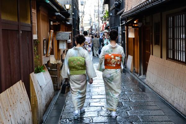 Kimono-clad women, Kyoto, Japan. Image by 2benny.